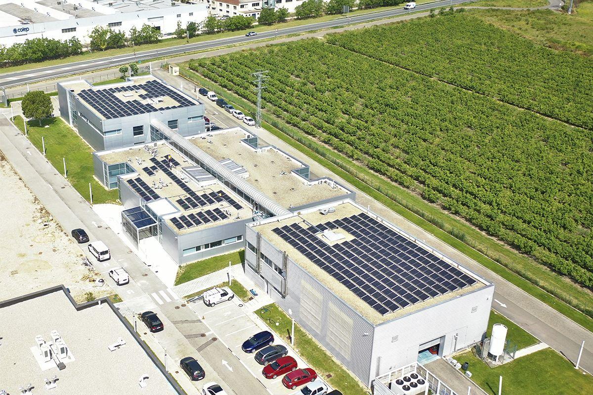 Imagen aérea del CNTA con la instalación fotovoltaica realizada.