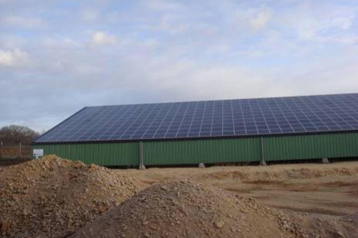 Imagen de la granja con la instalación fotovoltaica