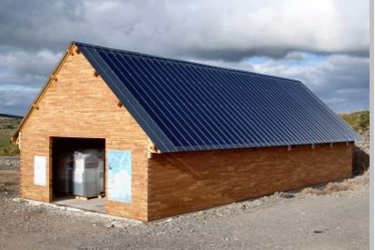 Imagen de la caseta del parque eólico con la instalación realizada