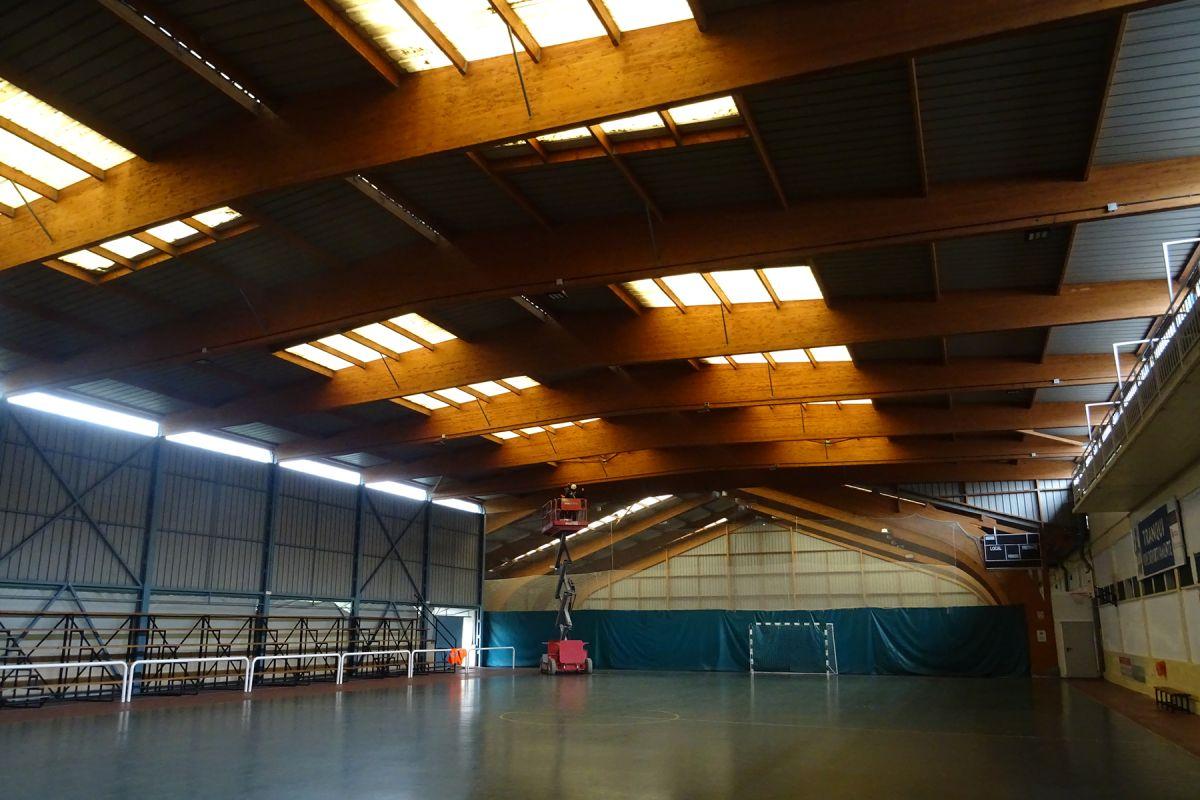 Imagen del desarrollo de los trabajos de renovación de alumbrado en pista deportiva