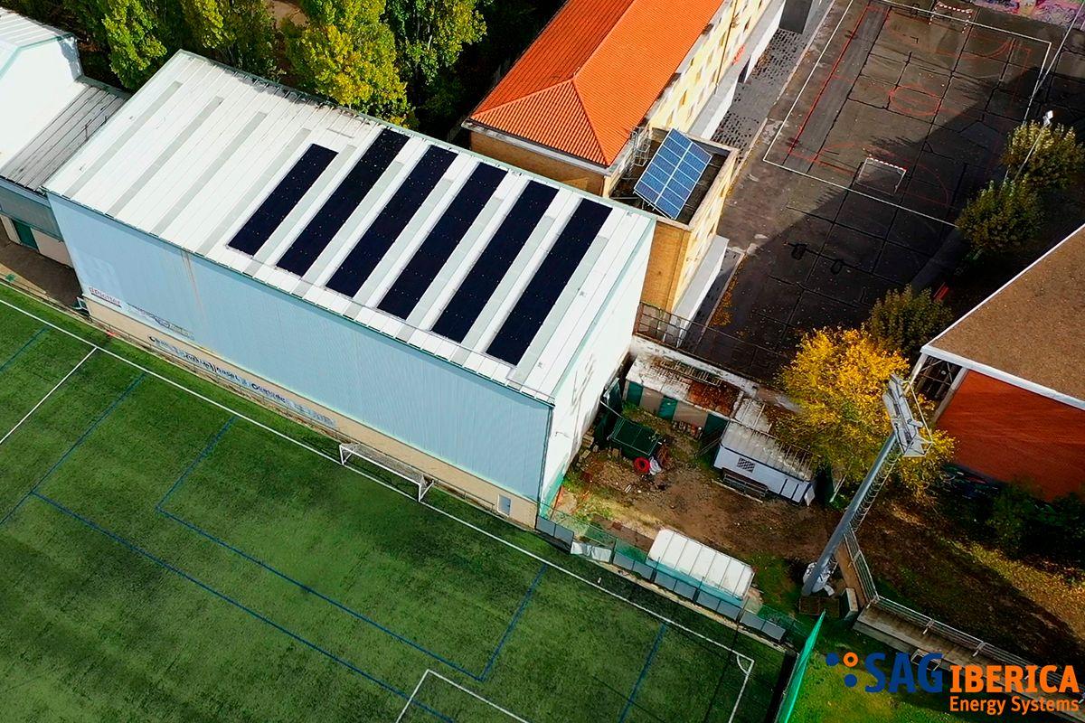 Imagen aérea de la instalación fotovoltaica realizada en un club deportivo