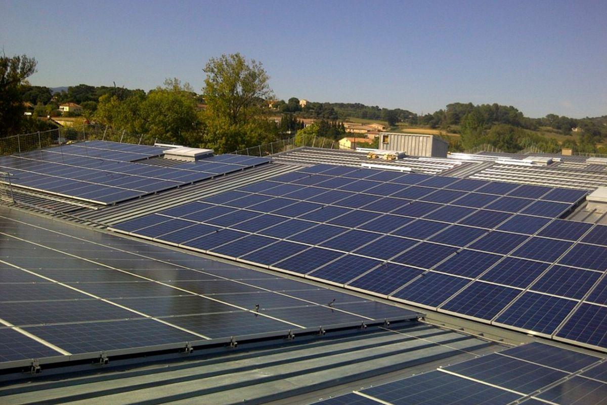 Imagen de la cubierta con la instalación fotovoltaica