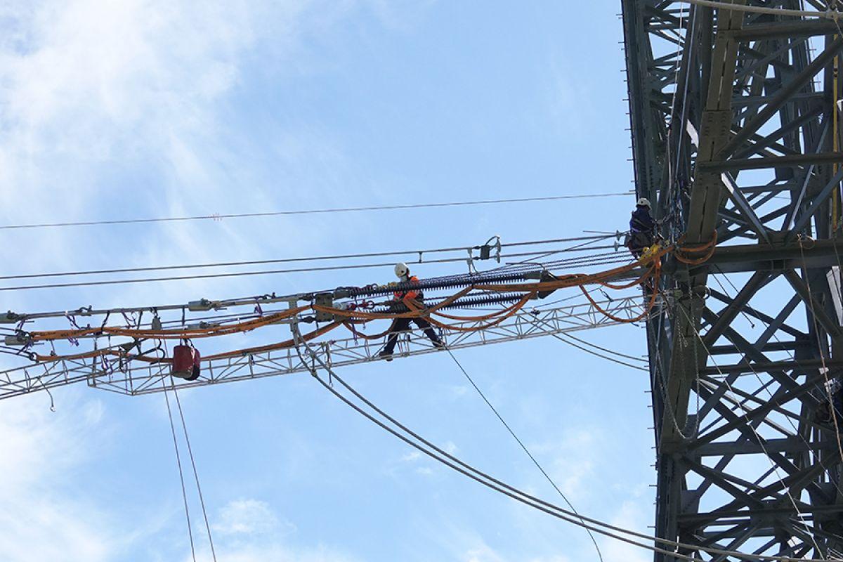 Operarios trabajando en altura, en una línea de 400 kW